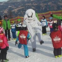 Tanzen mit Goldi, dem Maskottchen am Sportberg Goldeck